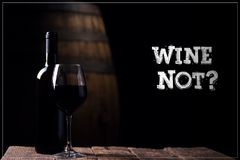 Vino no Un vino rojo del opf de la botella y un vidrio con el barril en backg Imágenes de archivo libres de regalías