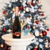 Vino o champán en el ajuste de la Navidad Decoraciones del Año Nuevo Tema de los días de fiesta de invierno Imagen de archivo libre de regalías