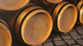 Vino o whiskey in volte Barilotto nel seminterrato Vino, birra, barilotti del whiskey impilati al magazzino collegato archivi video