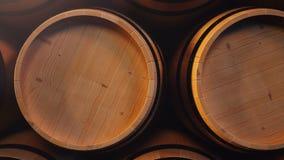 Vino o whiskey in volte Barilotto nel seminterrato Vino, birra, barilotti del whiskey impilati al magazzino collegato video d archivio