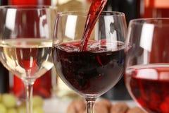 Vino que vierte en un vidrio de vino Fotografía de archivo libre de regalías