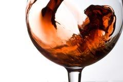Vino que vierte en un vidrio de vino Foto de archivo libre de regalías