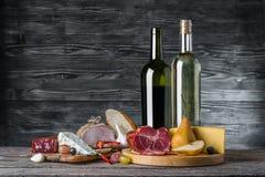 Vino, queso y carne imagen de archivo