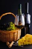 Vino, queso y uvas Foto de archivo libre de regalías