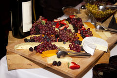 Vino, queso, y uvas Imágenes de archivo libres de regalías