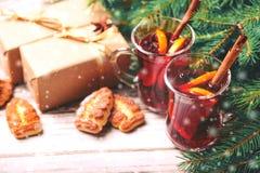 Vino reflexionado sobre caliente con las especias y las galletas Árbol de navidad Fotografía de archivo