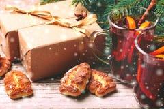 Vino reflexionado sobre caliente con las especias y las galletas Árbol de navidad Imagen de archivo libre de regalías