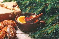 Vino reflexionado sobre caliente con las especias y las galletas Árbol de navidad Imagen de archivo
