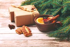Vino reflexionado sobre caliente con las especias y las galletas Árbol de navidad Imágenes de archivo libres de regalías