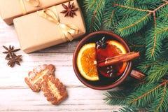Vino reflexionado sobre caliente con las especias y las galletas Árbol de navidad Foto de archivo