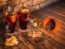 Vino reflexionado sobre caliente de la Navidad con canela, el cardamomo, el anís y naranjas Imagen de archivo libre de regalías