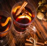 Vino reflexionado sobre caliente de la Navidad con canela, el cardamomo, el anís y naranjas Fotografía de archivo libre de regalías