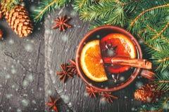 Vino reflexionado sobre caliente Invierno y caída La Navidad y días de fiesta Imágenes de archivo libres de regalías