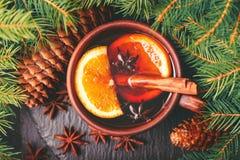 Vino reflexionado sobre caliente Invierno y caída La Navidad y días de fiesta Fotografía de archivo