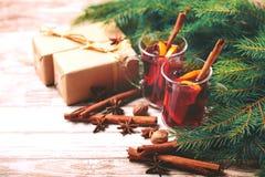 Vino reflexionado sobre caliente Ramas, regalos y conos de árbol de navidad Fotos de archivo libres de regalías