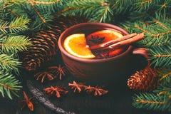 Vino reflexionado sobre caliente Ramificaciones y conos del árbol de navidad holidays Imagen de archivo libre de regalías