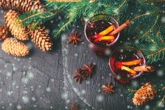 Vino reflexionado sobre caliente Ramificaciones y conos del árbol de navidad holidays Fotos de archivo