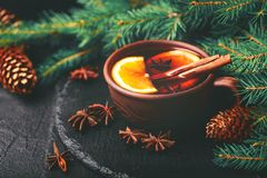 Vino reflexionado sobre caliente Ramificaciones y conos del árbol de navidad holidays Fotografía de archivo libre de regalías