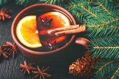 Vino reflexionado sobre caliente Ramificaciones y conos del árbol de navidad holidays Fotos de archivo libres de regalías