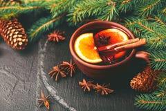 Vino reflexionado sobre caliente Ramificaciones y conos del árbol de navidad holidays Foto de archivo