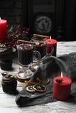 Vino reflexionado sobre con canela en una Navidad de la tabla Imágenes de archivo libres de regalías