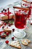 Vino reflexionado sobre con el arándano, las galletas y las decoraciones de la Navidad Foto de archivo libre de regalías