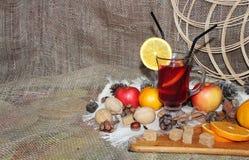 Vino reflexionado sobre con las especias y la fruta en fondo de madera Vista lateral fotografía de archivo libre de regalías