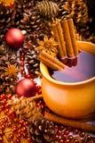 Vino reflexionado sobre en jarro marrón con canela Foto de archivo libre de regalías