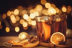 Vino reflexionado sobre en una celebración de la noche del partido y del delici del Año Nuevo Foto de archivo