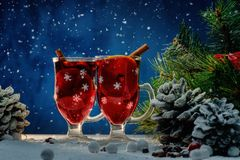 Vino reflexionado sobre en vida de la Navidad aún Imagen de archivo libre de regalías