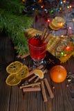 Vino reflexionado sobre la Navidad con las naranjas y las especias Fotos de archivo