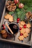 Vino reflexionado sobre la Navidad Concepto del día de fiesta adornado con las ramas del abeto, las galletas del pan de jengibre  Imagen de archivo libre de regalías