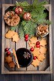 Vino reflexionado sobre la Navidad Concepto del día de fiesta adornado con las ramas del abeto, las galletas del pan de jengibre  Fotografía de archivo