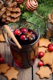 Vino reflexionado sobre la Navidad Concepto del día de fiesta adornado con las ramas del abeto, las galletas del pan de jengibre  Imagenes de archivo