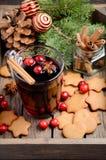Vino reflexionado sobre la Navidad Concepto del día de fiesta adornado con las ramas del abeto, las galletas del pan de jengibre  Foto de archivo