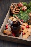 Vino reflexionado sobre la Navidad Concepto del día de fiesta adornado con las ramas del abeto, las galletas del pan de jengibre  Imágenes de archivo libres de regalías