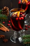Vino reflexionado sobre la Navidad Concepto del día de fiesta adornado con las ramas, los arándanos y las especias del abeto Foto de archivo