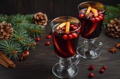 Vino reflexionado sobre la Navidad Concepto del día de fiesta adornado con las ramas, los arándanos y las especias del abeto Fotos de archivo