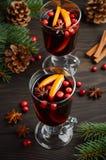 Vino reflexionado sobre la Navidad Concepto del día de fiesta adornado con las ramas, los arándanos y las especias del abeto Imagenes de archivo