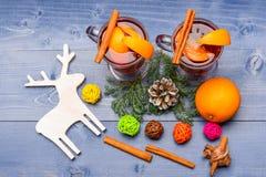 Vino reflexionado sobre o bebida caliente con el canela, la fruta anaranjada y el cono de abeto, visión superior concepto de la b imágenes de archivo libres de regalías