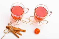 Vino reflexionado sobre o bebida caliente en vidrios con los palillos de la decoración y de canela Vidrios con el vino reflexiona Imágenes de archivo libres de regalías