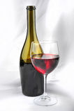Vino rojo Botle y vidrio Foto de archivo