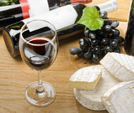 Vino rojo, brie, camembert y uva Fotografía de archivo
