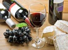 Vino rojo, brie, camembert y uva Fotos de archivo libres de regalías