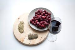 Vino rojo, cerezas congeladas, romero y tomillo fotos de archivo