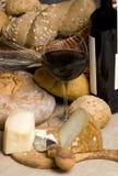 Vino rojo con el queso y el pan 2 Imagen de archivo libre de regalías