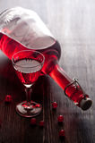 Vino rojo con las bayas Fotos de archivo