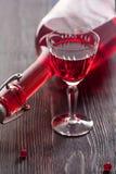 Vino rojo con las bayas de la pasa roja Imagenes de archivo