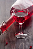 Vino rojo con las bayas de la pasa roja Imagen de archivo libre de regalías