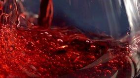 Vino rojo de colada almacen de video